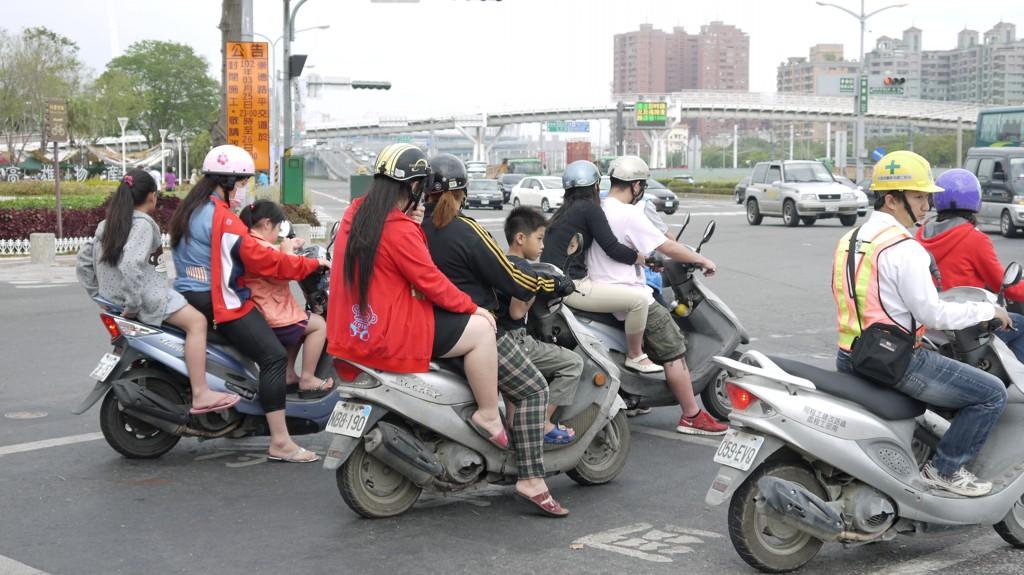 台湾のスクーターの乗り方