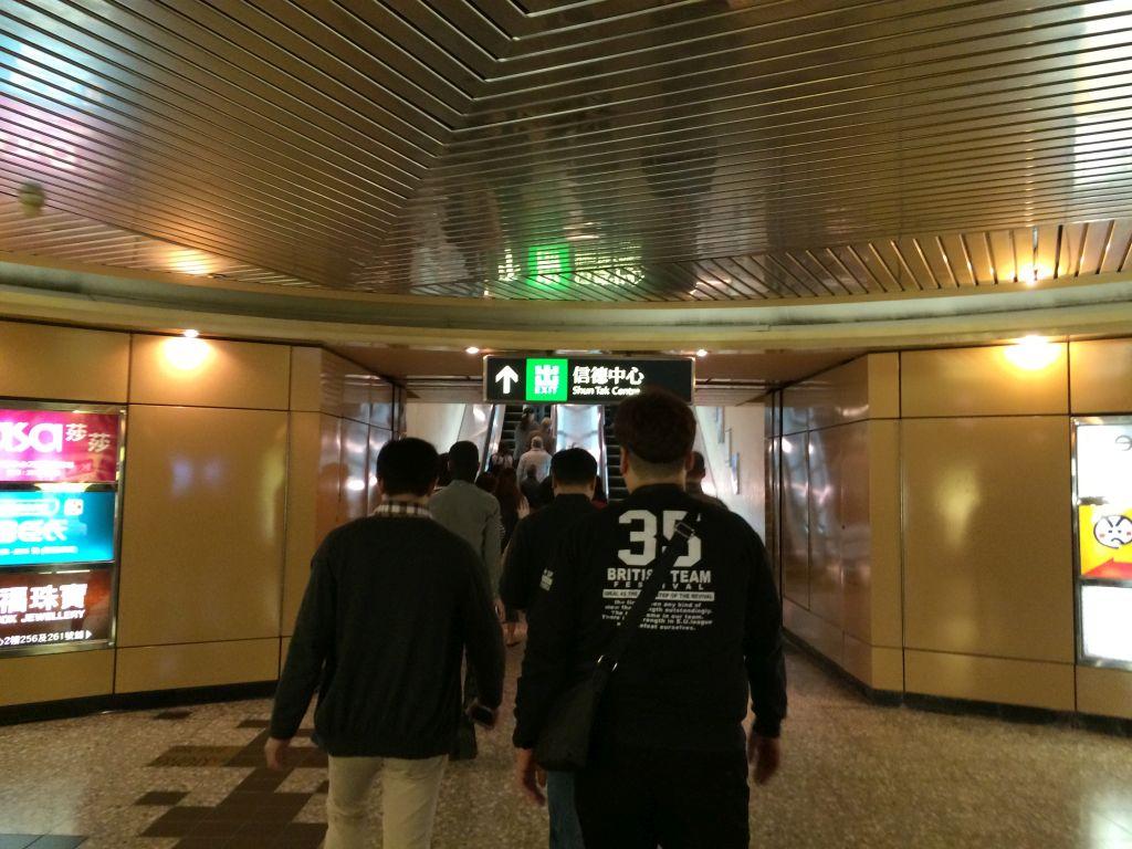 香港「上環」站から信徳中心へ