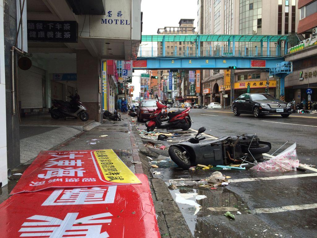 バイクと散らかったゴミと瓦礫