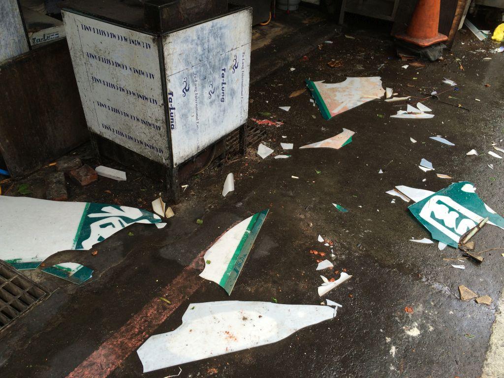 粉々に砕かれたプラスチック製の看板や広告、お店のメニュー