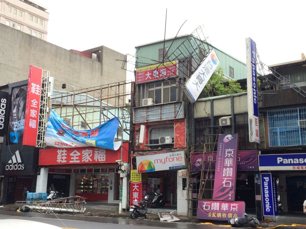 風にゆらゆらと煽られていた台湾大哥大の看板