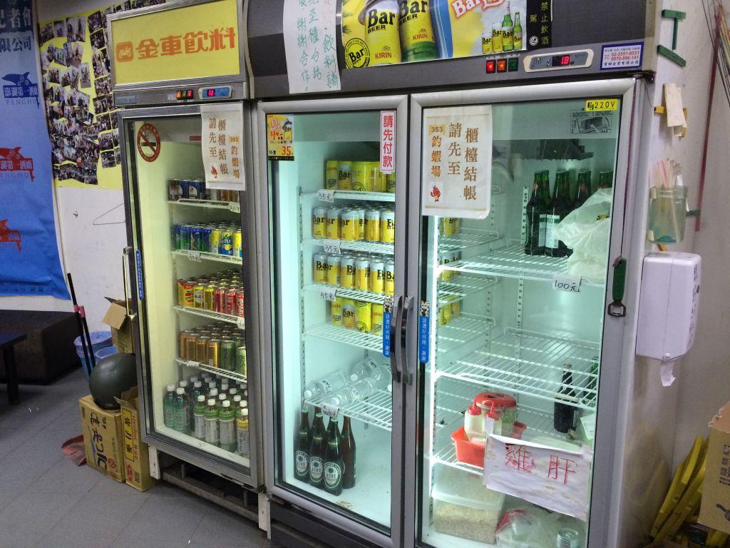 セルフで飲み物を取り出す冷蔵庫