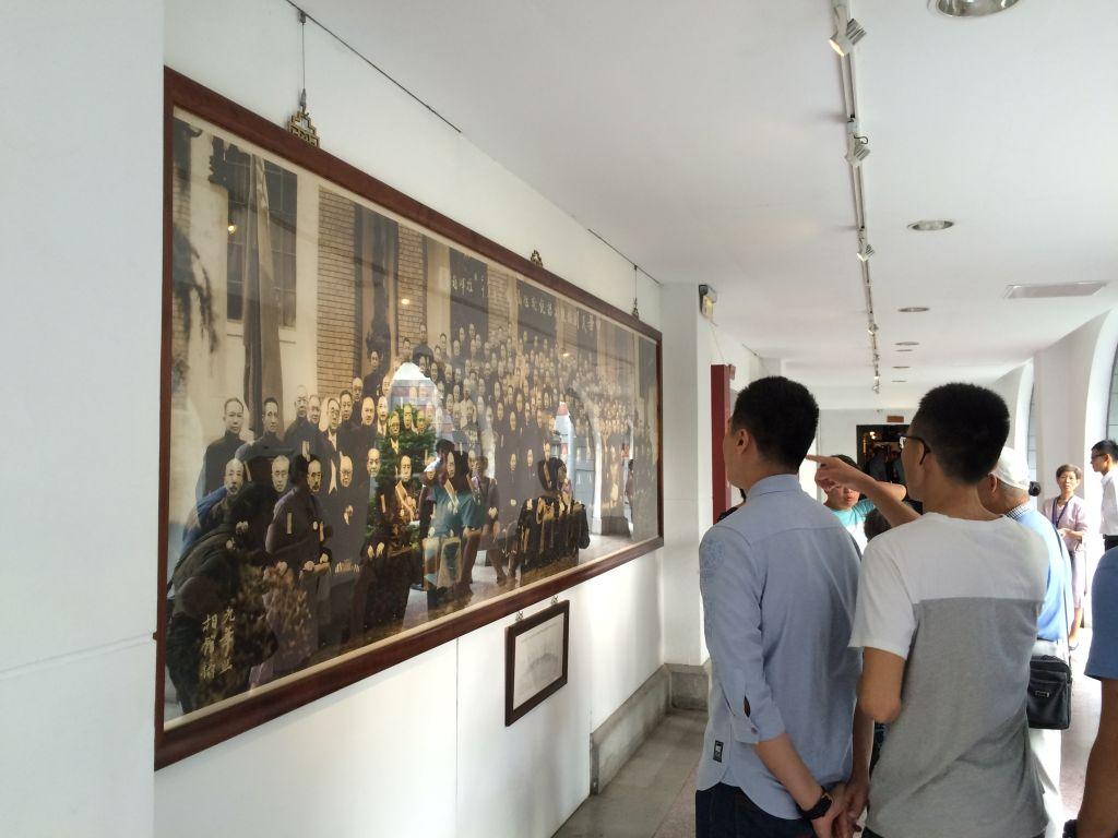 総統府集合写真の前にいる台湾人