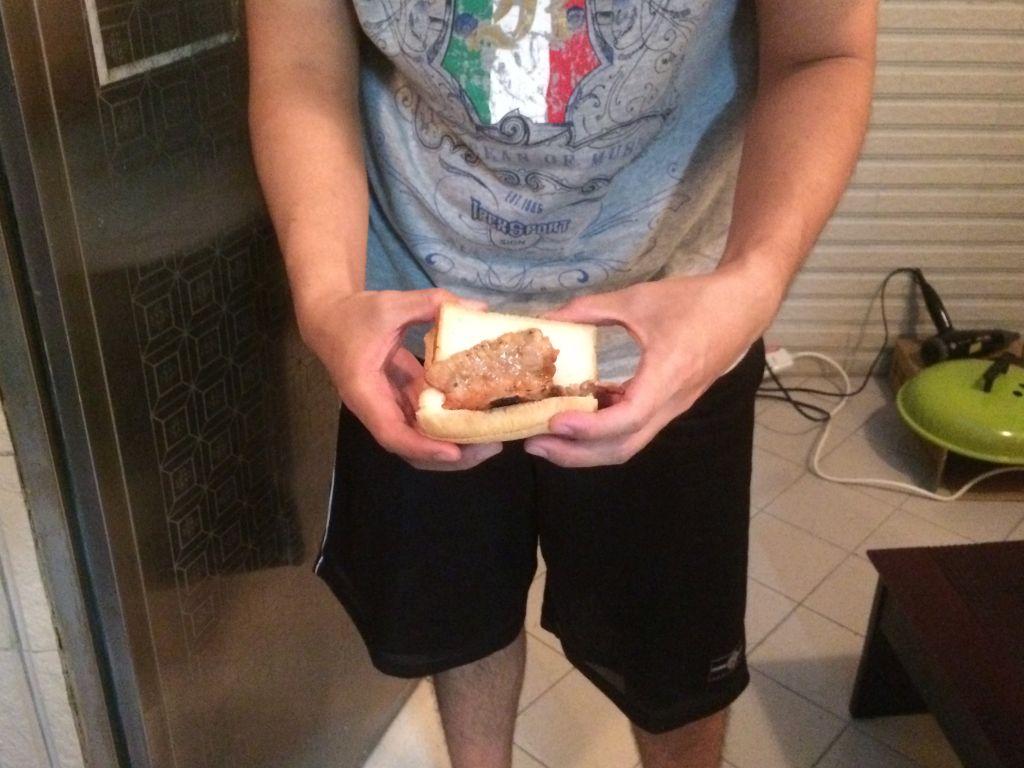 食パンに肉を挟んで食べるのが台湾スタイル
