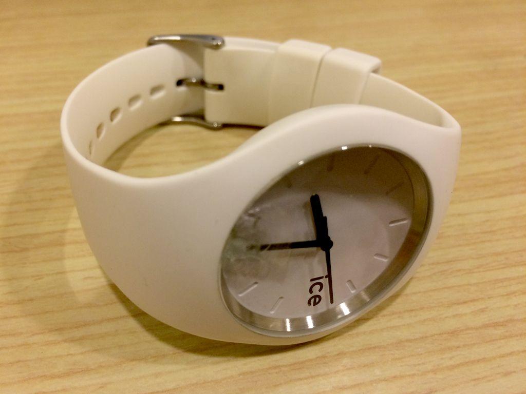 盤面部分のガラスが割れた腕時計