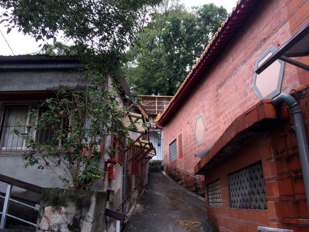 細い路地を挟んだ建物