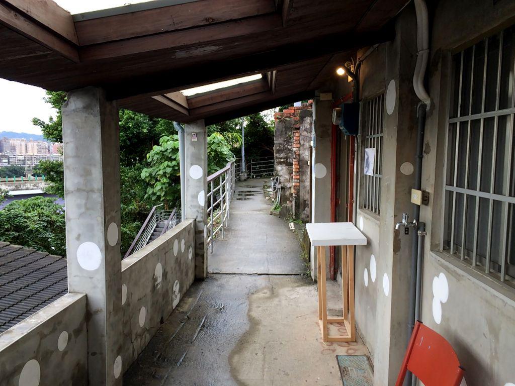 展示スペースが並ぶ廊下
