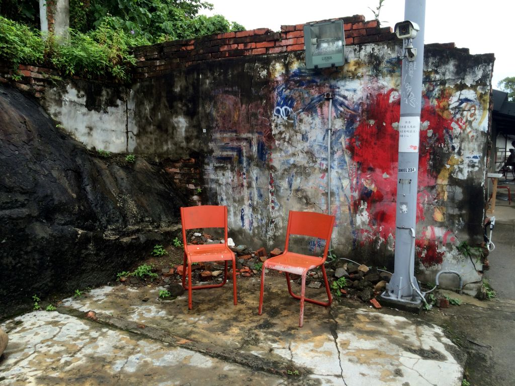 瓦礫をバックに2つの椅子