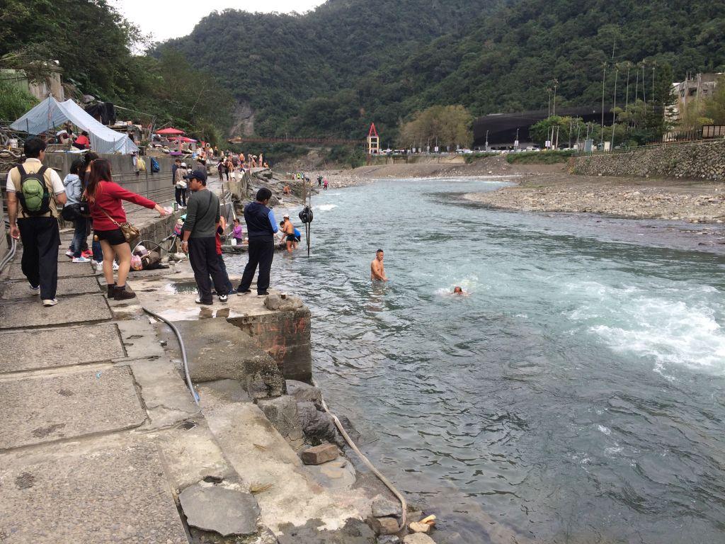 川で泳ぐ人々