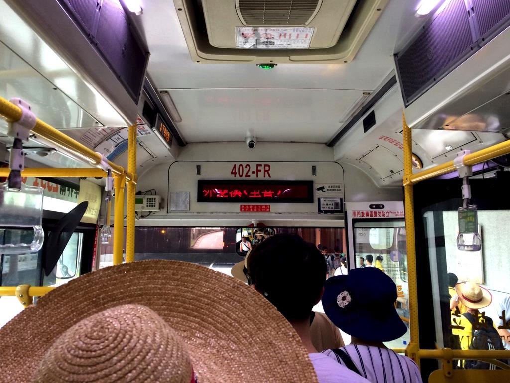 故宮博物館に向かう紅30のバス車内