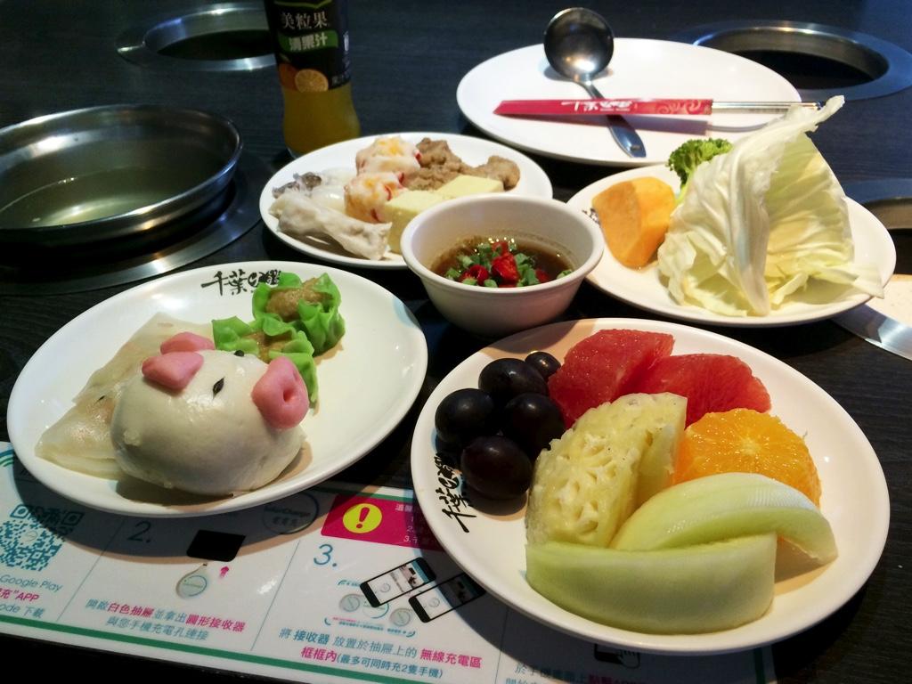 テーブルに並んだ食べる物