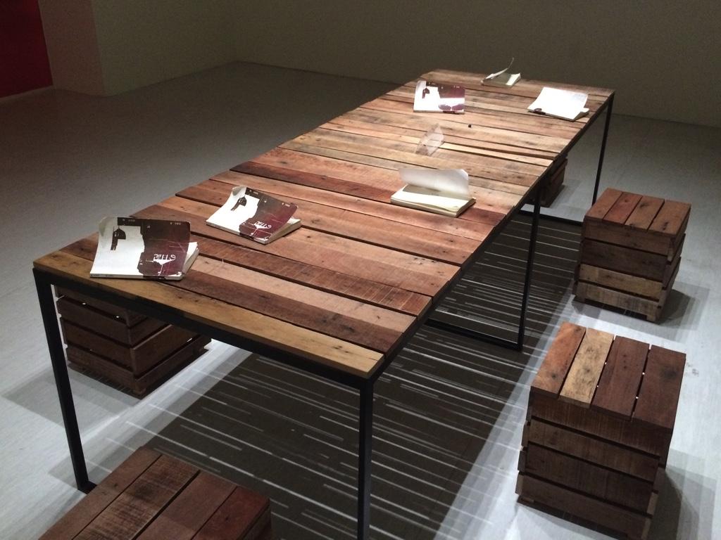 木製テーブル
