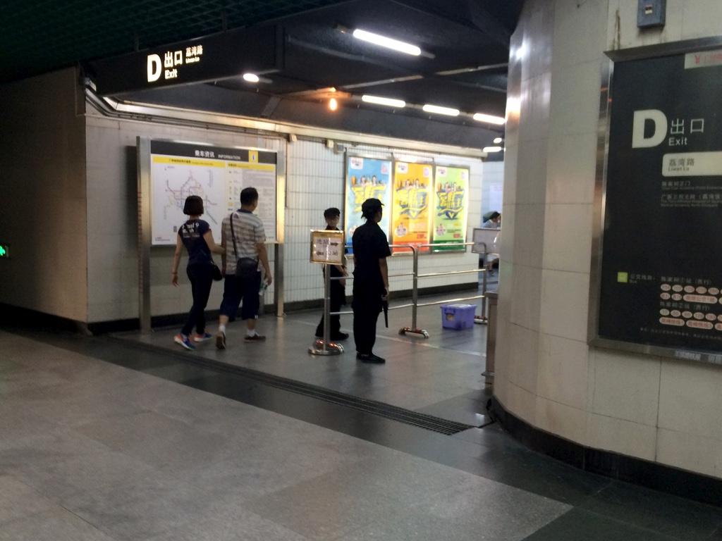 地下鉄入口で行われる荷物検査