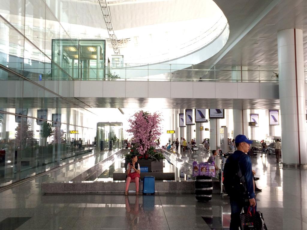 ノイバイ空港1階出口を出た所