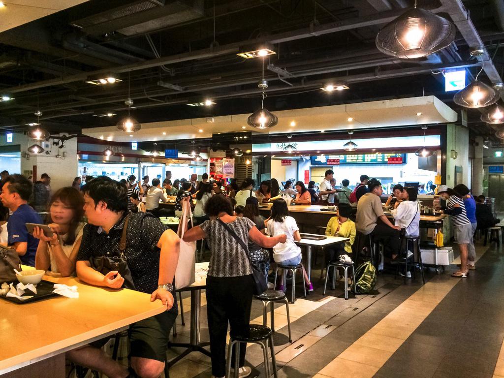 華山市場のフードコートの食事をする人々