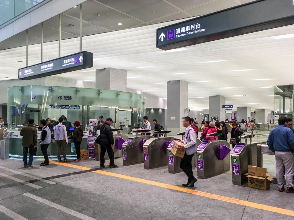 桃園機場MRT台北駅改札前