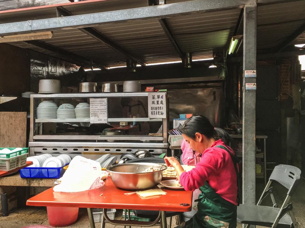 料理の下ごしらえをする金門の人