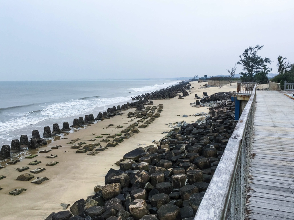 武装が残る金門の浜辺