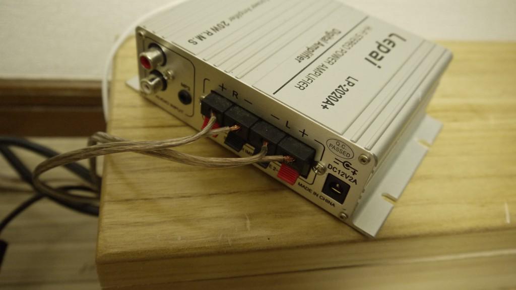 スピーカーケーブルをアンプに差し込む