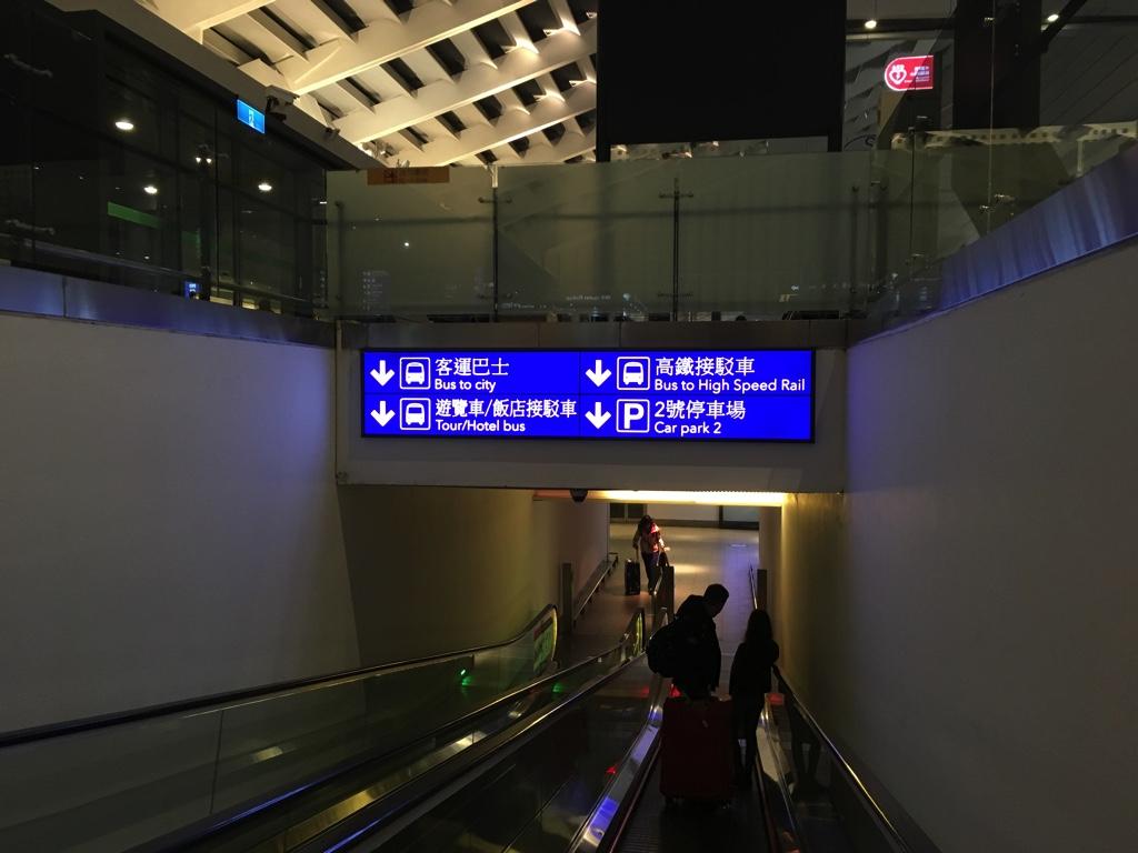 桃園空港 第1ターミナルのバスのチケット売り場・乗り場へ続く道