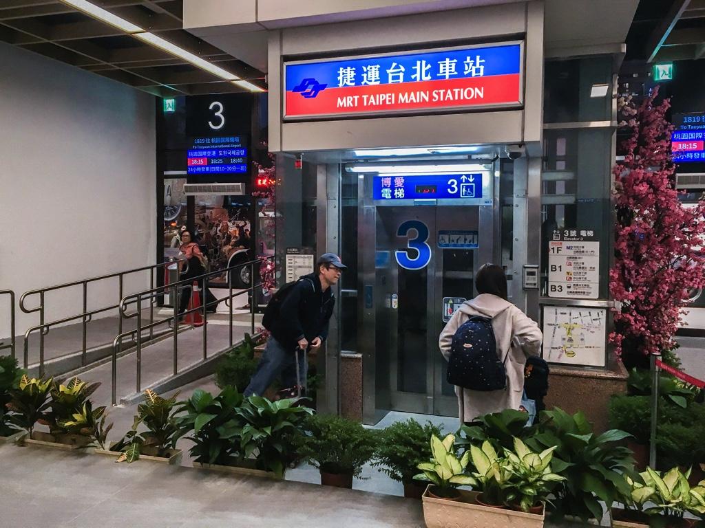 國光客運台北駅バスターミナルの中のエレベーター