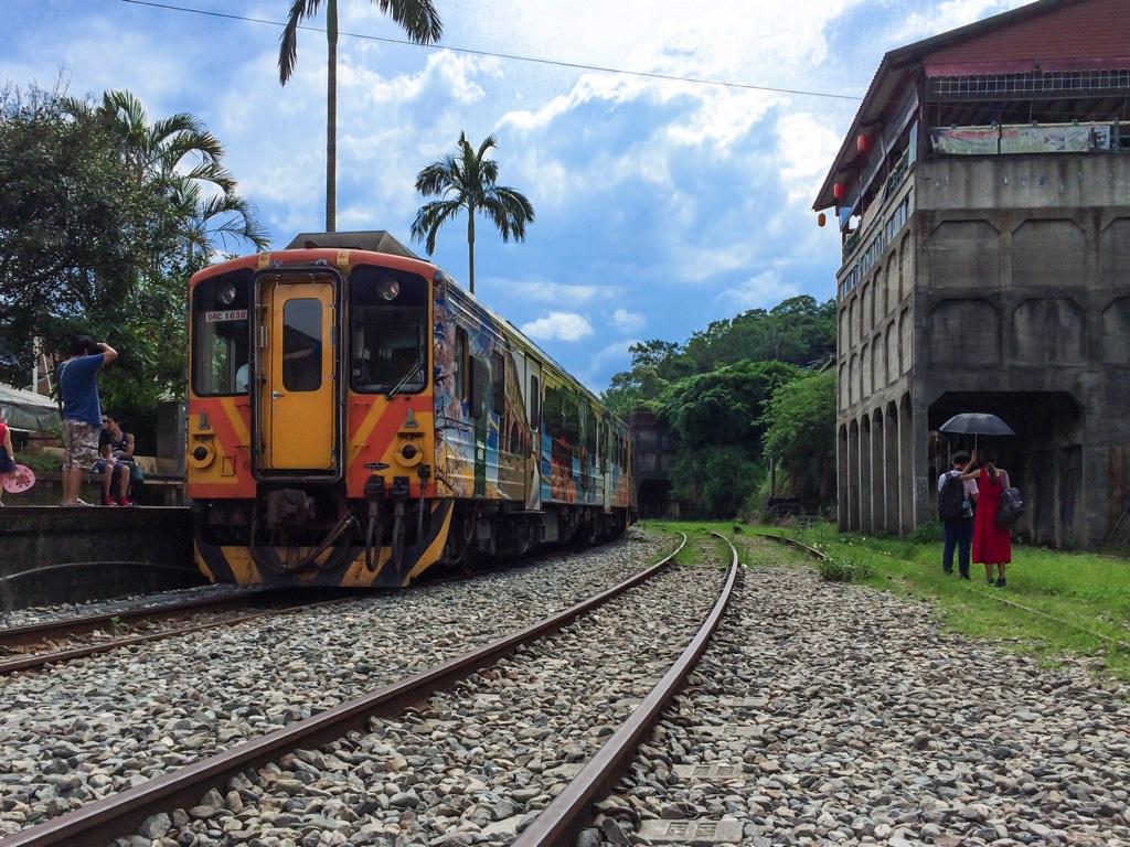 平渓線の路線に停車する電車