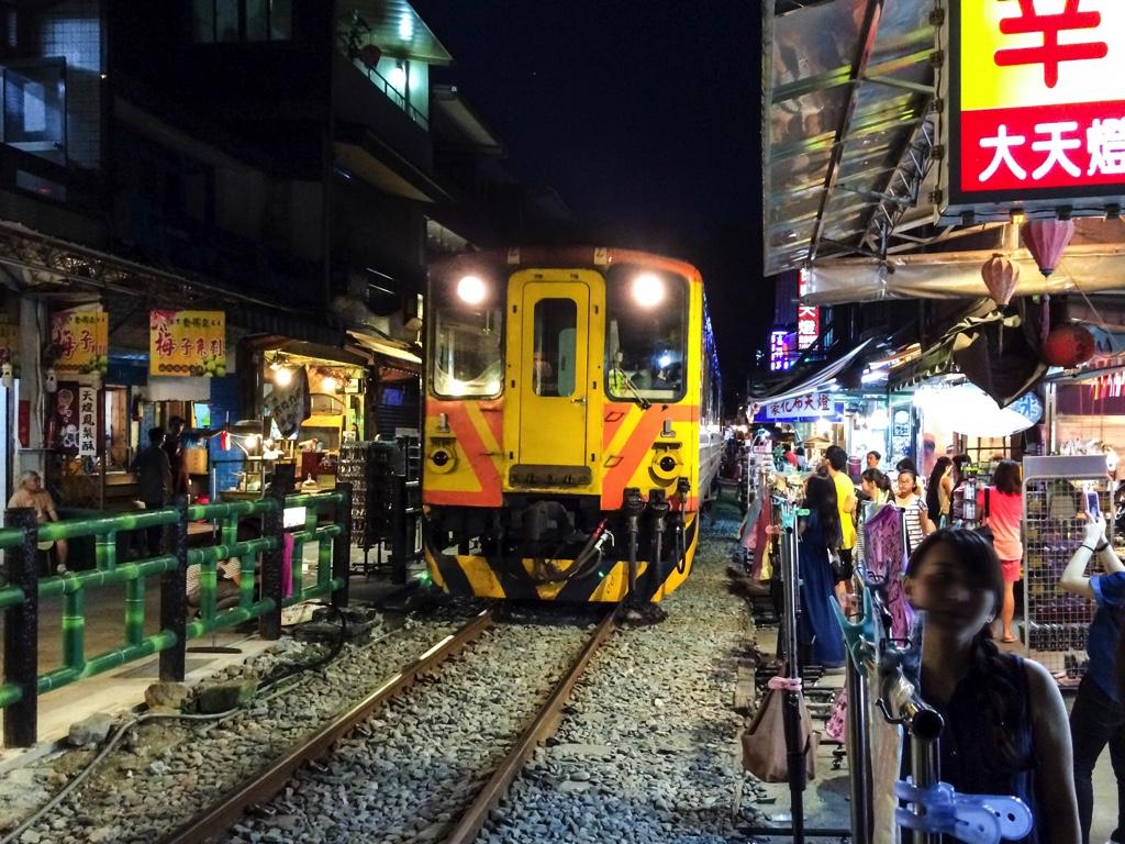 商店ギリギリで走る電車