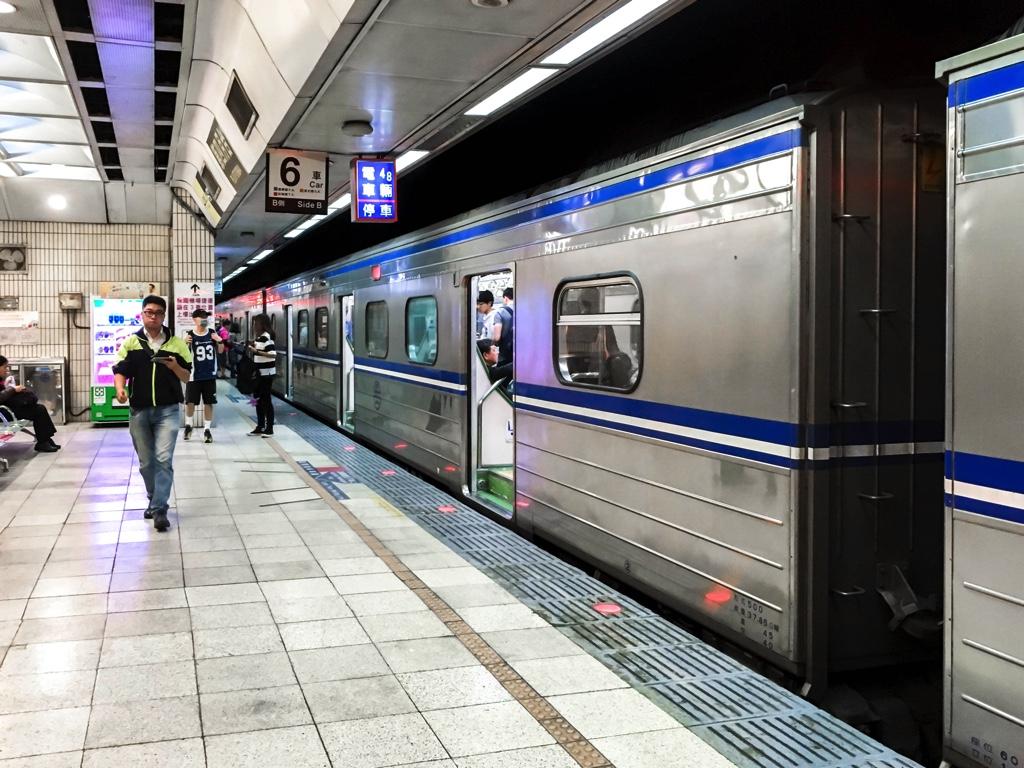 台北駅4番ホームに到着した電車