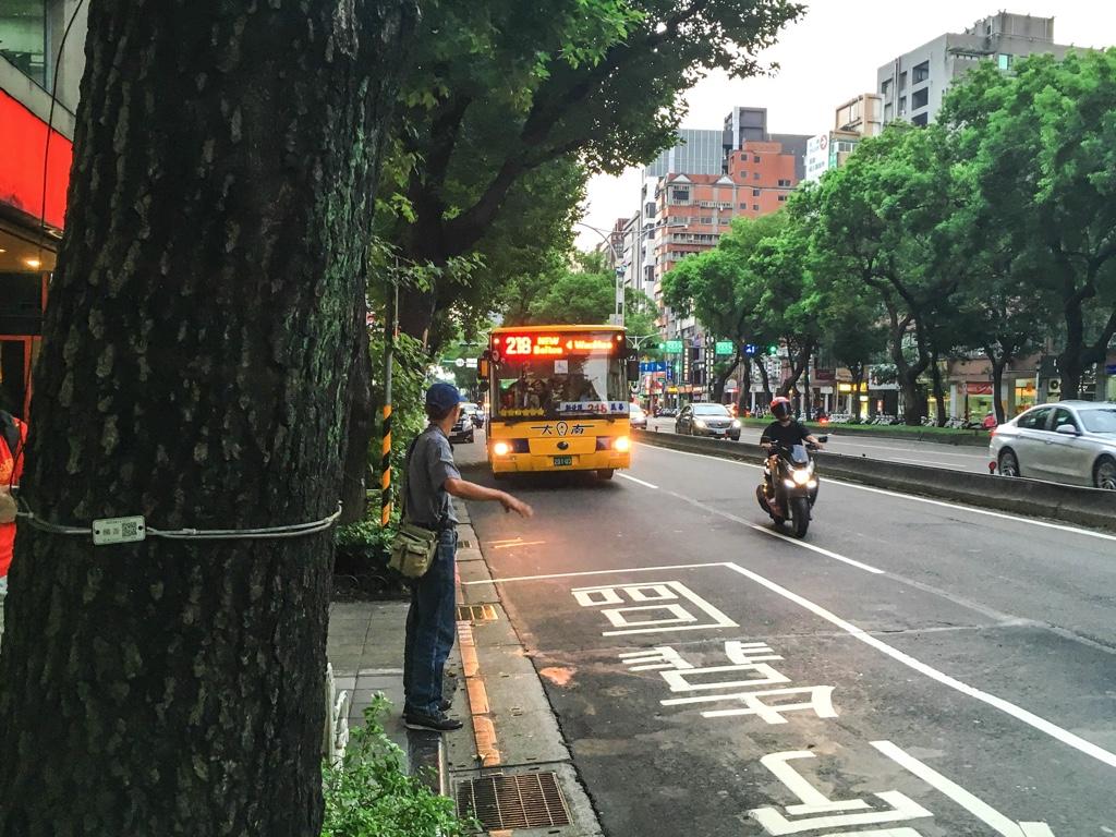 台湾の路線バスが近づいてくる様子