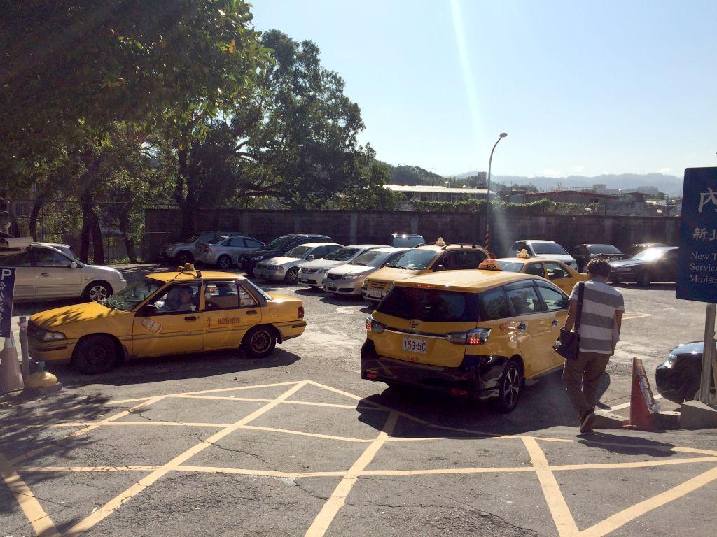 タクシーが待機する駐車場