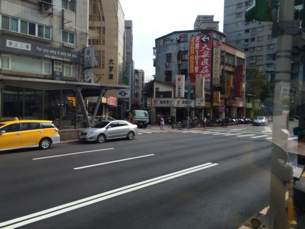 バスに乗って街中を走る