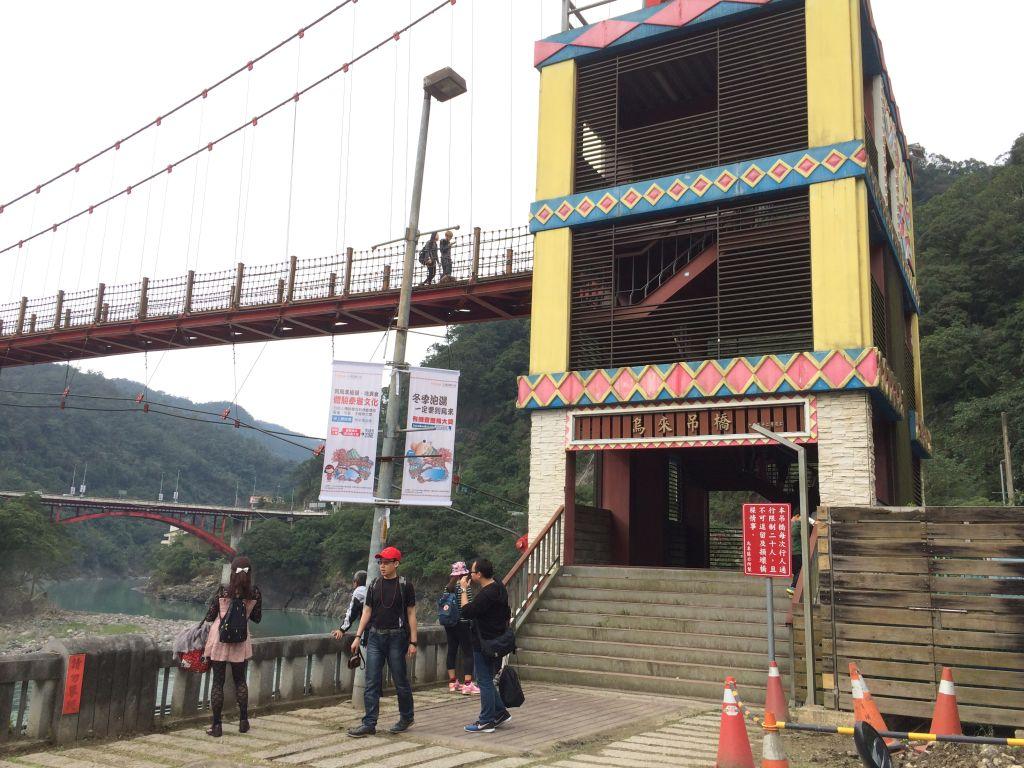 バス停のすぐ近くにある吊橋