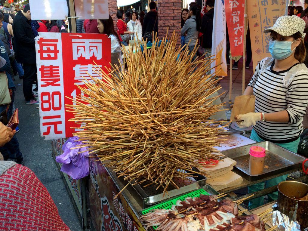 イカの串焼きの使用済み串を使って生成されたオブジェ