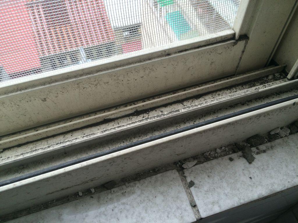 黒ずんだ窓の縁