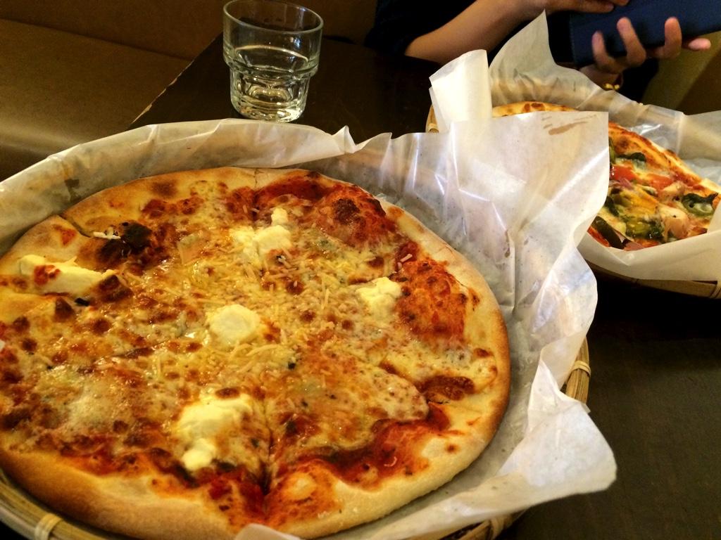 台湾人女性とピザを食べる