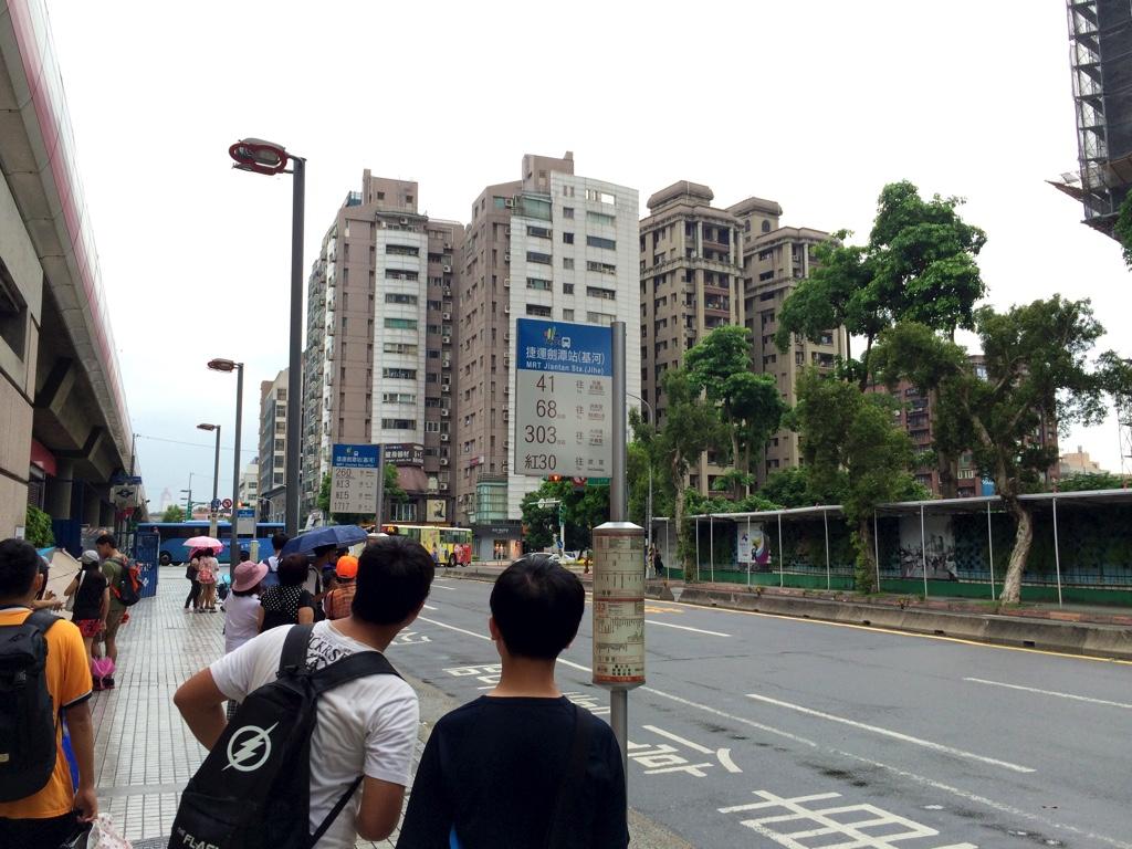 MRT劍潭駅付近のバス停