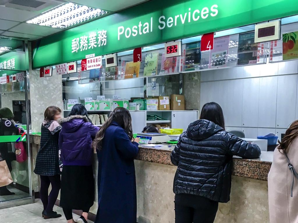 郵便局の窓口