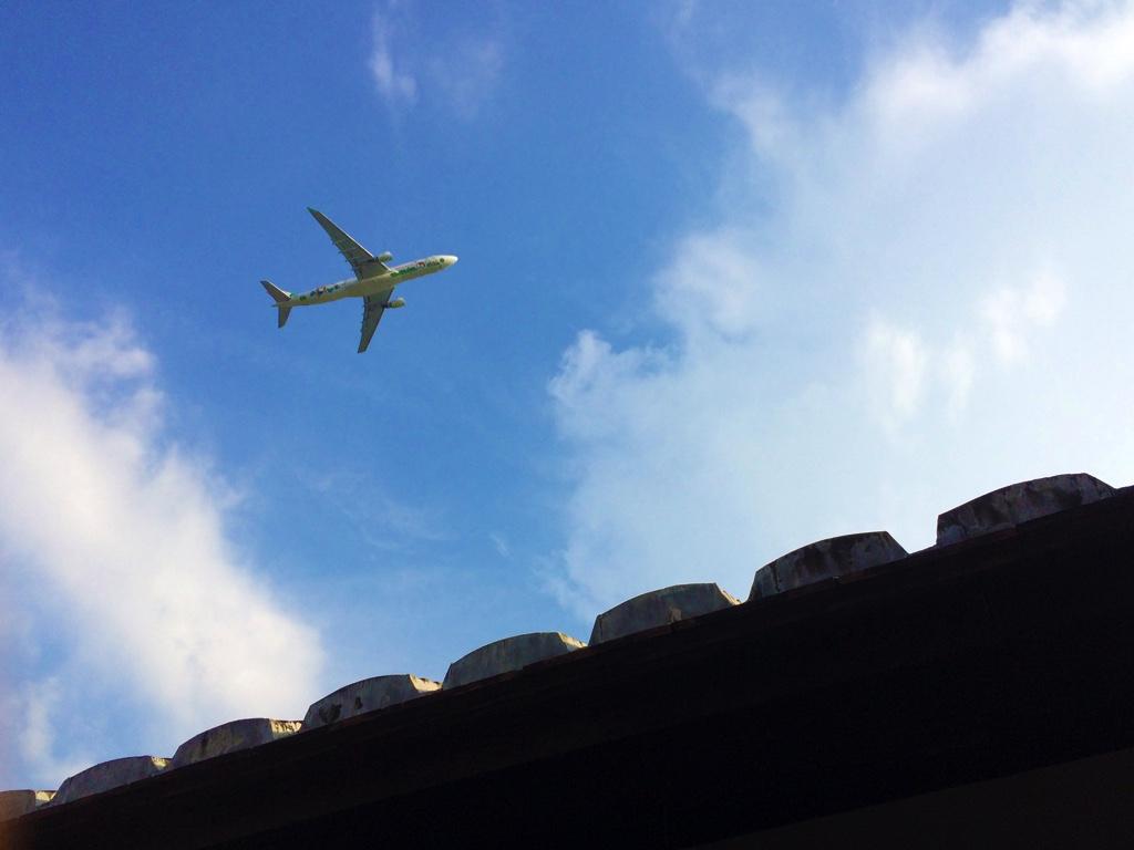 頭上を飛行する飛行機
