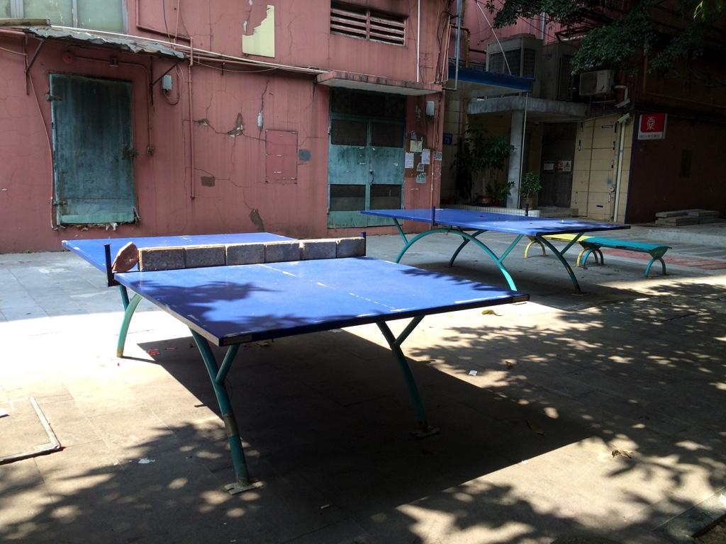屋外に置かれた卓球台