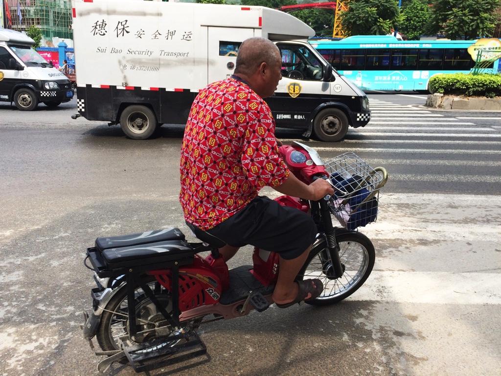 電動自転車に乗るおじさん