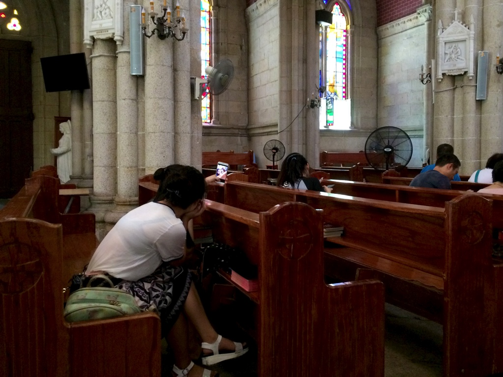 教会で自撮りをする女性2人組