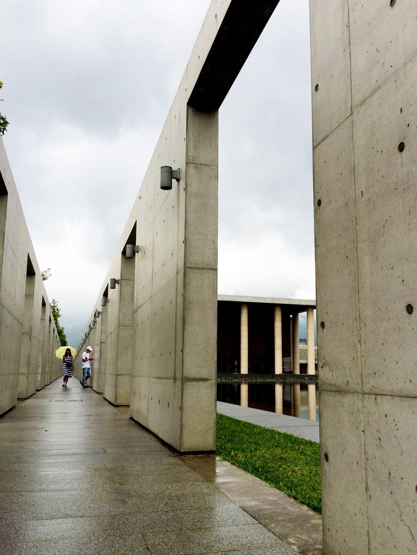 大殿がチラッと見える連廊の角度