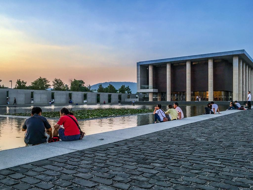 水月池の脇に座る人々
