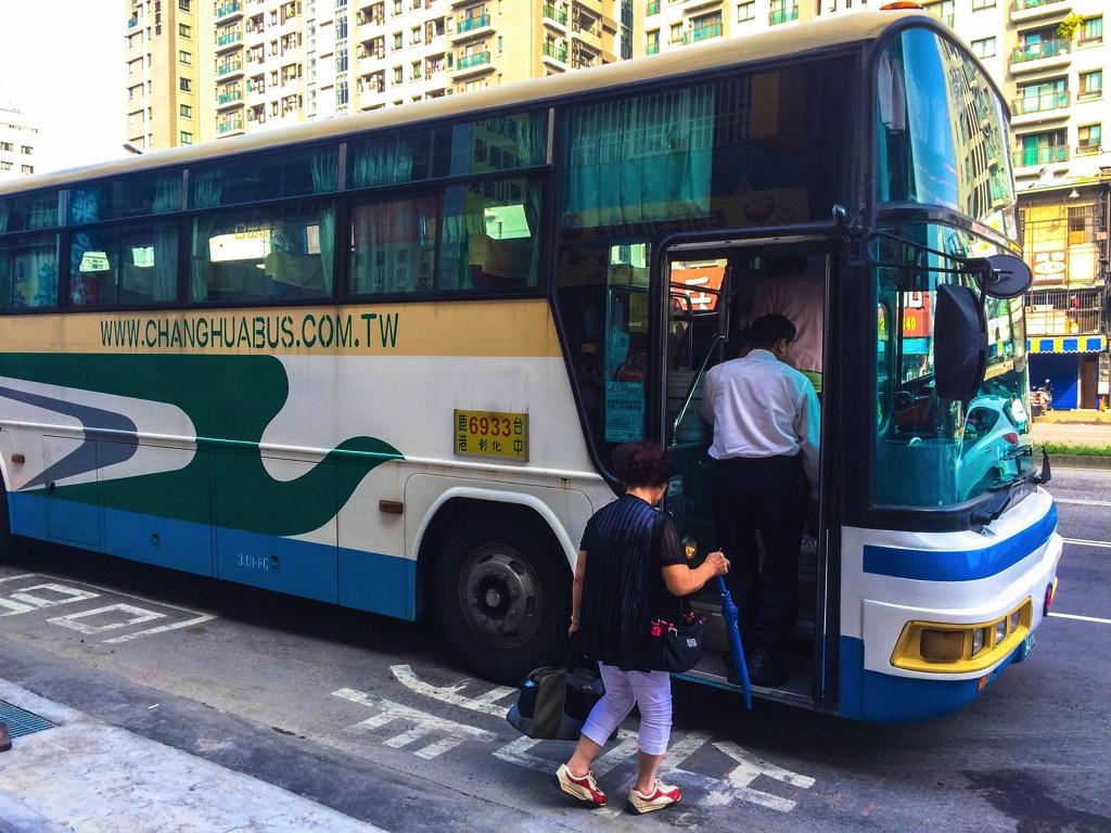 鹿港行きの6933路線のバス