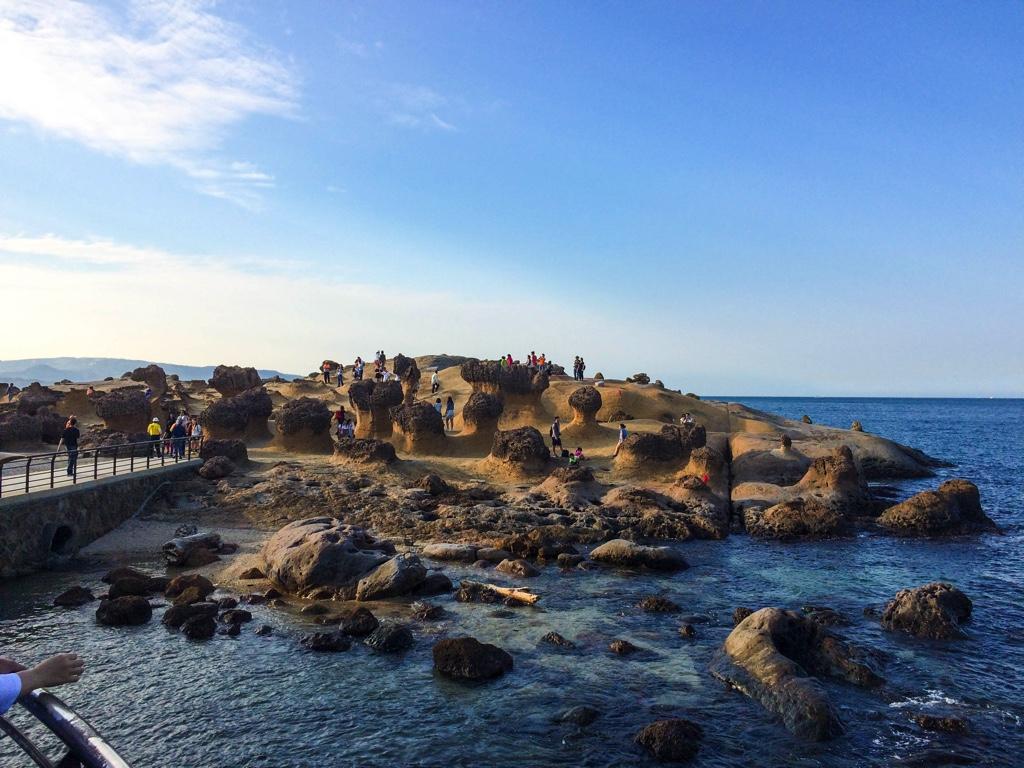 遠くに見えるキノコ岩