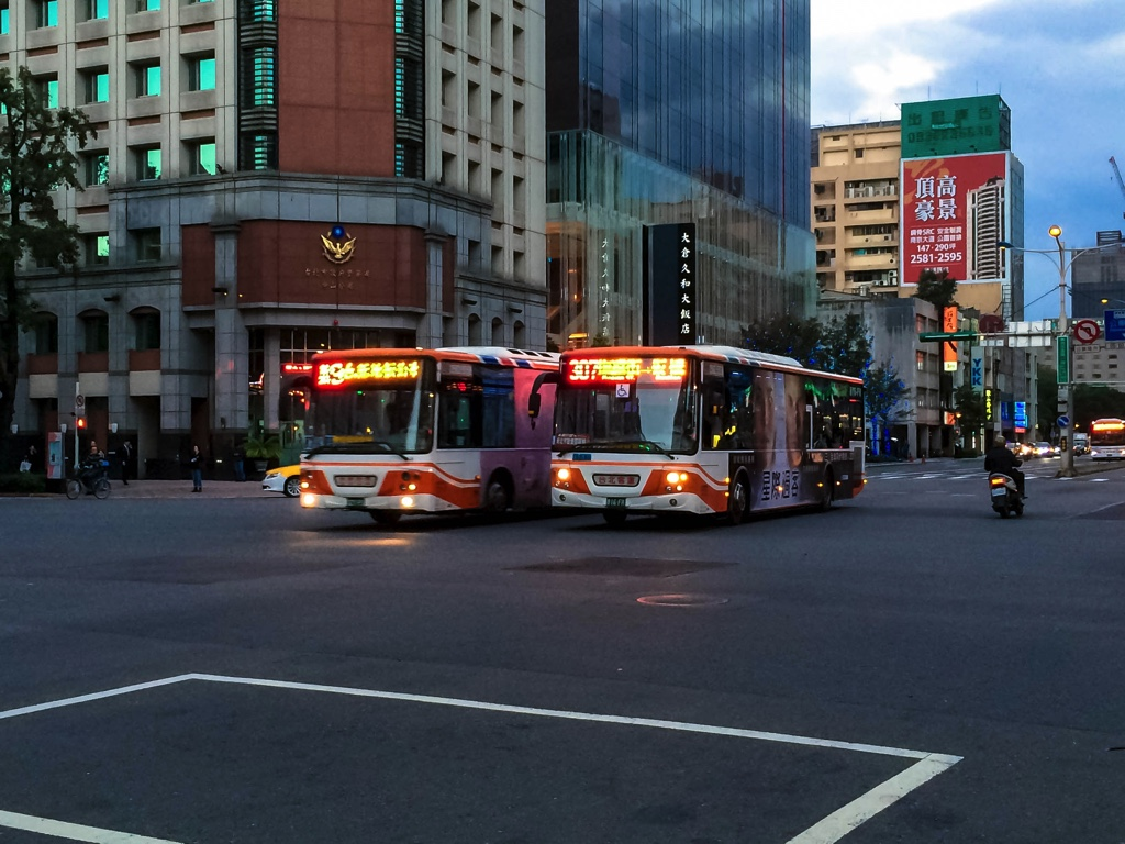 台北の道路を走るバス