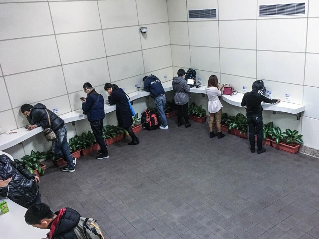 スマホなどの端末を充電しながらネットをする台湾人