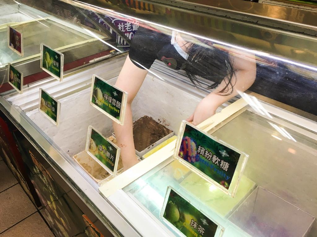 アイスをすくう店員さん