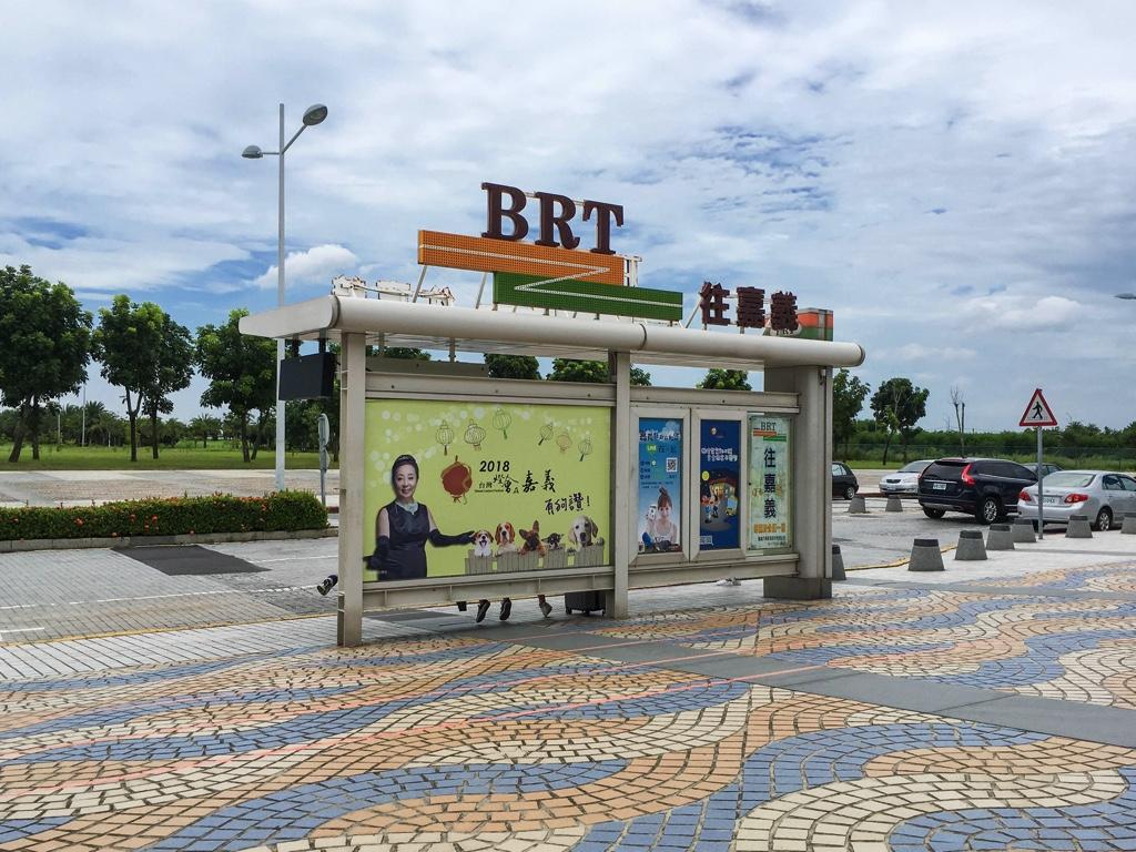 「嘉義火車駅」行きのバスが出るバス停