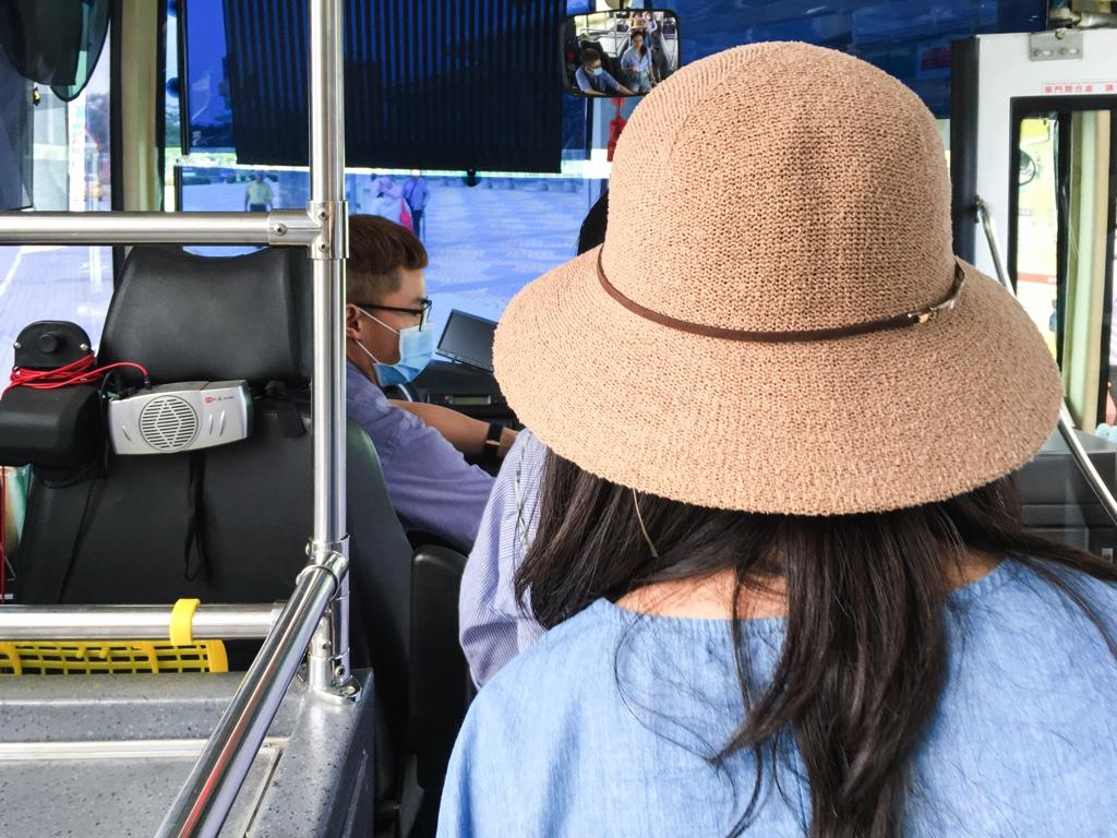 バスを降りる乗客